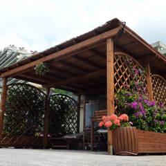 Pergola Addossata con grigliati e fioriere: Giardino in stile  di ONLYWOOD