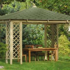 Gazebo COGNAC in legno impregnato con tetto in tegole canadesi 400 x 400 cm: Giardino in stile  di ONLYWOOD