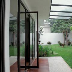Garage/shed by SAE Studio (PT. Shiva Ardhyanesha Estetika)