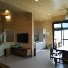 客餐廳:  廚房 by 地興木屋有限公司