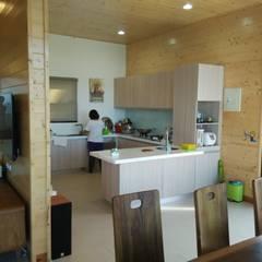 Kitchen by 地興木屋有限公司