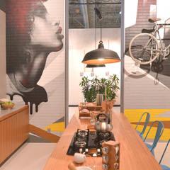 Cozinha com acabamentos porcelanato e marcenaria: Espaços comerciais  por Estudio Piloti Arquitetura