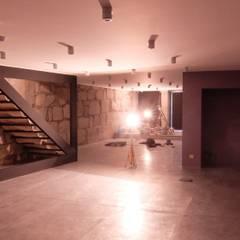Renovação de Loja Baixa do Porto: Lojas e espaços comerciais  por MCTU Construtora, Lda