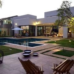 Piscinas desbordantes de estilo  por Arquitetura Claudine Gottardo