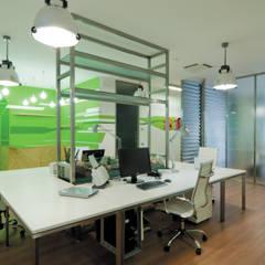 VERDE MATEMATICO - ufficio (de)strutturato da un nuovo Colorismo Spaziale: Complessi per uffici in stile  di GAME - Gabriele Architetto Marinelli Enterprise