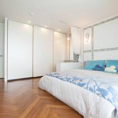 확장없이 넓게-파우더룸을 안은 베드룸.: 더디자인 the dsgn의  침실
