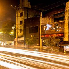 pub-fachada: Bares e clubes  por Estudio Piloti Arquitetura