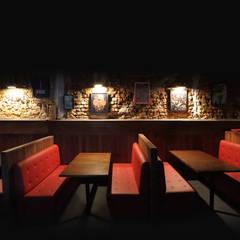 pub-bar-interior-mesas: Bares e clubes  por Estudio Piloti Arquitetura