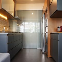 Kitchen units by Estudio Piloti Arquitetura,
