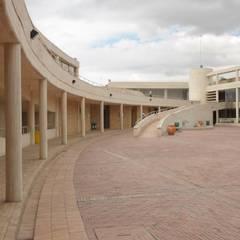 Centro de desarrollo comunitario El Porvenir Bosa : Jardines de estilo  por Polanco Bernal Arquitectos