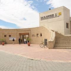Centro de desarrollo comunitario El Porvenir Bosa : Jardines de piedra de estilo  por Polanco Bernal Arquitectos , Moderno