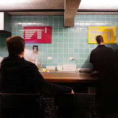 Café do Centro da Terra - balcão cozinha painel de azulejo: Bares e clubes  por Estudio Piloti Arquitetura