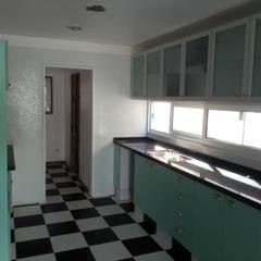 Cocinas equipadas de estilo  por Rakau Construcción + Arquitectura