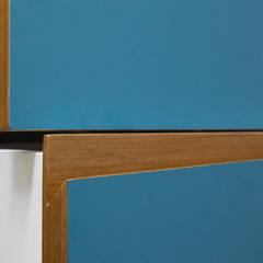 Cozinha formica azul com madeira - detalhe puxador: Armários e bancadas de cozinha  por Estudio Piloti Arquitetura