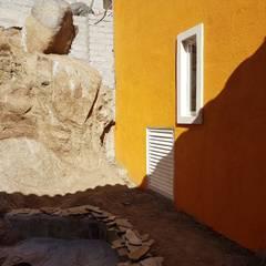 CASA UNIFAMILIAR: Jardines de piedra de estilo  por ANA MARIA CUEVAS MORENO