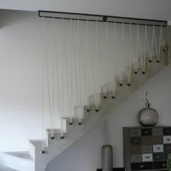 garde corps en acier sur escalier en béton: Escalier de style  par ATELIER MACHLINE