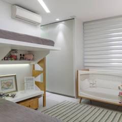 dormitório dos bebês: Quartos de bebê  por okha arquitetura e design
