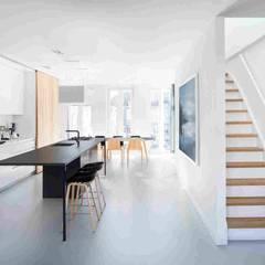 Дизайн-проект небольшого дома в стиле минимализм, площадью 79 кв.м. Москва, 1-ая Останкинская ул. 19: Лестницы в . Автор – Владимир Чиченков