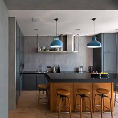 Дизайн-проект практичной квартиры в стиле лофт, площадью 90 кв.м. Москва, Проспект Вернадского: Встроенные кухни в . Автор – Квадрат