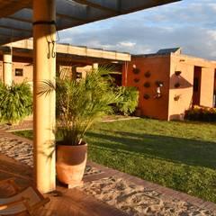 Casa Anolaima: Jardines de estilo  por Polanco Bernal Arquitectos