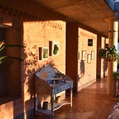 Casa Anolaima: Pasillos y vestíbulos de estilo  por Polanco Bernal Arquitectos