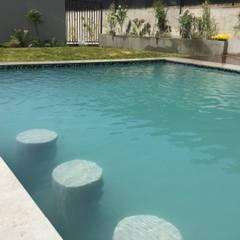 Paisajismo y Piscina en Chamisero: Piscinas de jardín de estilo  por Deck and Garden