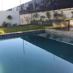 Paisajismo y Piscina en Chamisero: Piscinas de estilo  por Deck and Garden