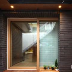 누하동 주택 리모델링: 주식회사 착한공간연구소의  베란다,한옥