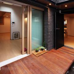누하동 주택 리모델링: 주식회사 착한공간연구소의  베란다