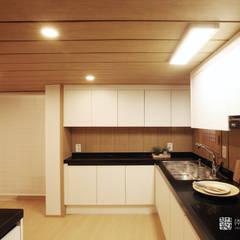 누하동 주택 리모델링: 주식회사 착한공간연구소의  주방