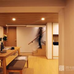 누하동 주택 리모델링: 주식회사 착한공간연구소의  계단