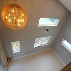 위에서 본 거실: (주)디엘건축의  거실