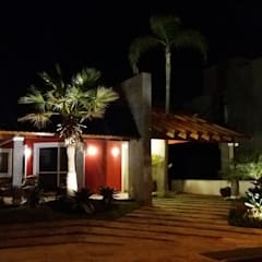 Vista noturna: Casas familiares  por Kauer Arquitetura e Design