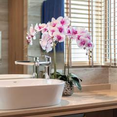 Design & Build: Melrose Condominium: modern Bathroom by erstudio Pte Ltd