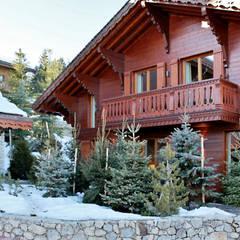 Extérieur: Chalets & maisons en bois de style  par Antoine Chatiliez