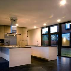 NB House: Cocinas equipadas de estilo  por tactic-a