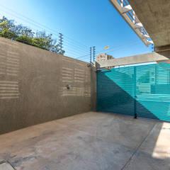 : Puertas principales de estilo  por Design Group Latinamerica