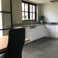 Modern Donker en Licht : industriële Keuken door Roozen Interieur Visie