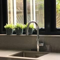 Modern Donker en Licht :  Keuken door Roozen Interieur Visie
