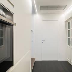 Ristrutturazione di un sotto-tetto nei pressi di Urbino: Porte in legno in stile  di QUADRASTUDIO