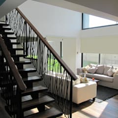 Casa Cruz de Lorena: Escaleras de estilo  por Lau Arquitectos