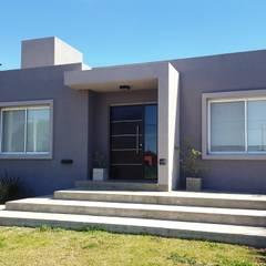 CASA MARTINEZ - B° LAS CORZUELAS: Casas unifamiliares de estilo  por INTEGRA ESTUDIO,Moderno