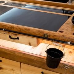 Die dimmbare Led – Beleuchtung mit verdecktem, intuitiv zu betätigenden Berührungsschalter vervollständigt das Design.:  Küchenzeile von Alpenmöbel® - Design trifft Geschichte