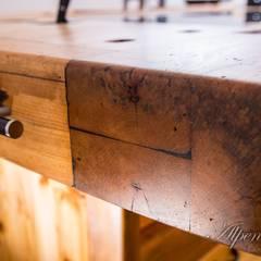 Oberflächenveredelung mit spezieller Öl/Wachs Mischung (Yachtbau) aus natürlichen Rohstoffen für höchste Qualität von Kopf bis Fuß.:  Einbauküche von Alpenmöbel® - Design trifft Geschichte