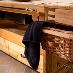 Ein ausziehbarer Korbeinsatz an der Seite sorgt dafür dass auch weitere Küchenutensilien schnell griffbereit sind.:  Küchenzeile von Alpenmöbel® - Design trifft Geschichte