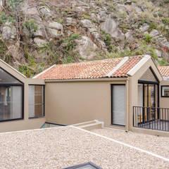 CASA EL ABRA: Terrazas de estilo  por ARCE S.A.S, Rural