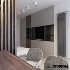 Kącik Telewizyjny W Sypialni: styl , w kategorii Sypialnia zaprojektowany przez MIKOŁAJSKAstudio