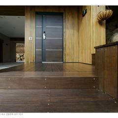 KD탄화목 Thermowood  외장재 시공현장  / 양평 전원주택 / 현관 주변과 데크 : 케이디우드테크 의  정원