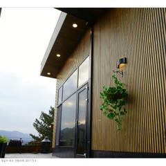 KD탄화목 Thermowood  외장재 시공현장  / 양평 전원주택 : 케이디우드테크 의  베란다