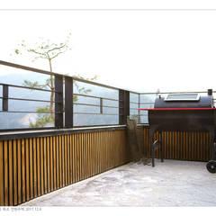 KD탄화목 Thermowood  외장재 시공현장  / 양평 전원주택 (1) : 케이디우드테크 의  베란다